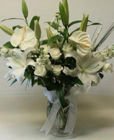 lilyum ve beyaz güllerin sunumu