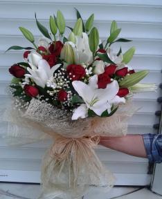 lilyum ve güllerden oluşan aşk